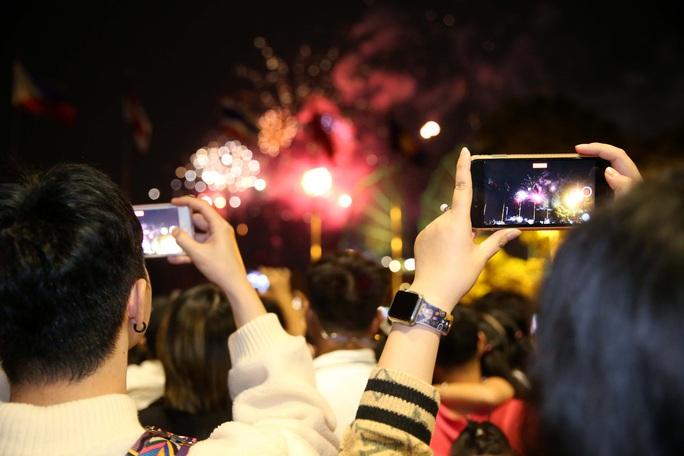 TP HCM rực rỡ pháo hoa chào đón năm mới 2021 - Ảnh 6.