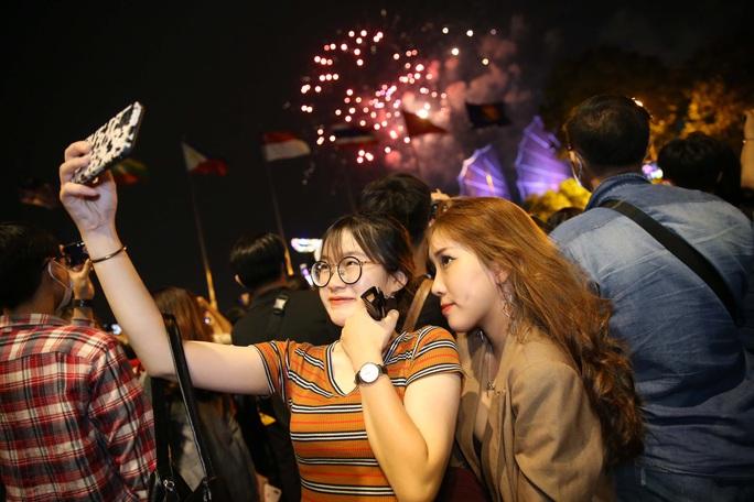 TP HCM rực rỡ pháo hoa chào đón năm mới 2021 - Ảnh 5.