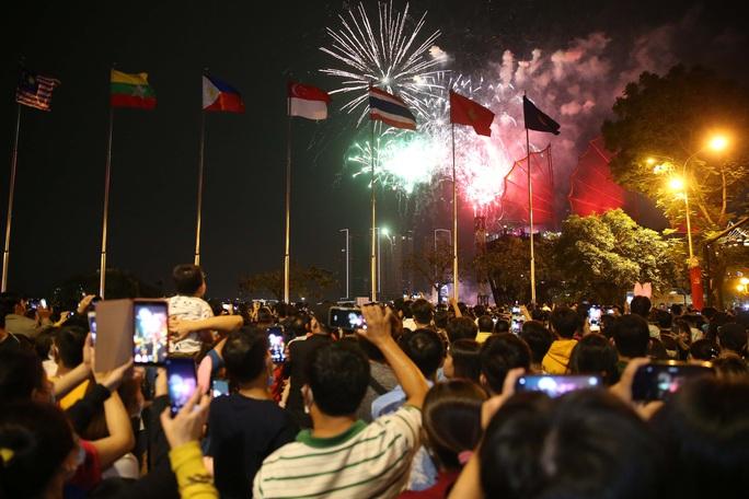 TP HCM rực rỡ pháo hoa chào đón năm mới 2021 - Ảnh 2.