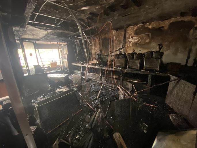 CLIP: Một nhà hàng trên đường Trần Hưng Đạo bốc cháy dữ dội - Ảnh 3.