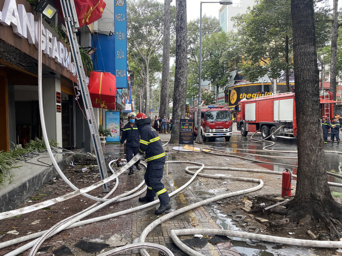 CLIP: Một nhà hàng trên đường Trần Hưng Đạo bốc cháy dữ dội - Ảnh 4.