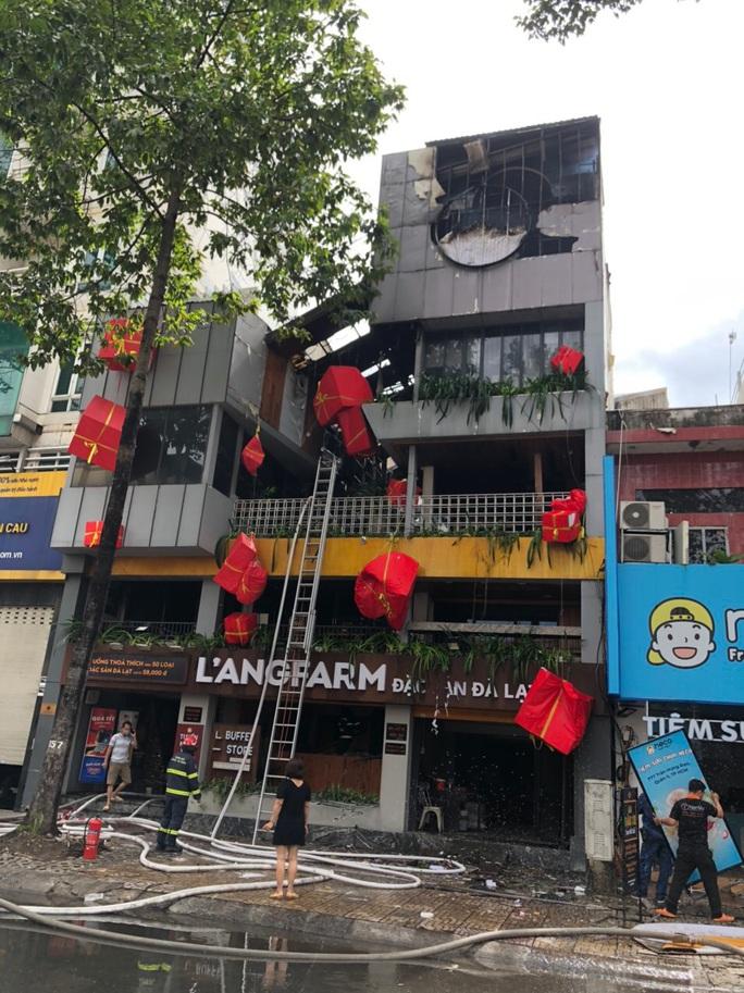 CLIP: Một nhà hàng trên đường Trần Hưng Đạo bốc cháy dữ dội - Ảnh 5.