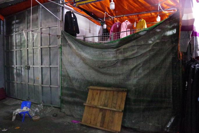 Tiểu thương chợ Ninh Hiệp đóng cửa để né khi quản lý thị trường truy quét hàng nhái - Ảnh 3.
