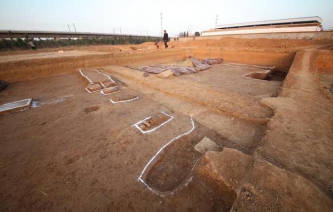 Nhặt chậu đất, tìm ra kho báu: cung điện mộ cổ của hoàng đế 1.800 tuổi - Ảnh 2.