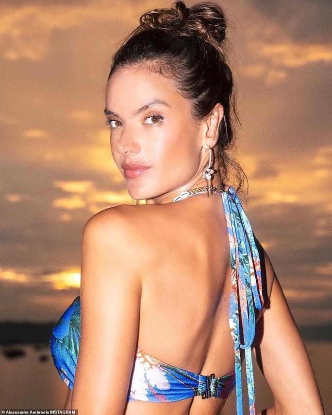 Bỏng mắt với những hình ảnh mới nhất về siêu mẫu Alessandra Ambrosio - Ảnh 1.