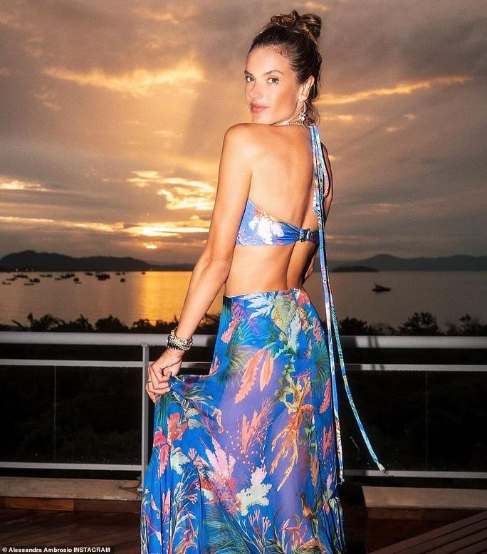Bỏng mắt với những hình ảnh mới nhất về siêu mẫu Alessandra Ambrosio - Ảnh 2.
