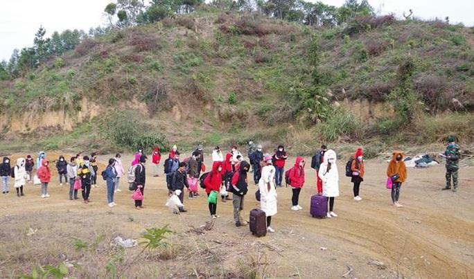 Gần tết, hàng chục người làm thuê ở Trung Quốc đi đường mòn về Việt Nam - Ảnh 1.