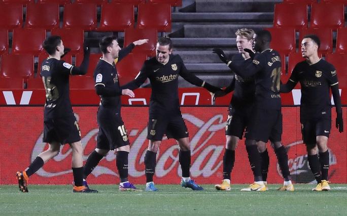 Messi và Griezmann bắn hạ Granada, Barcelona lên Top 3 La Liga - Ảnh 6.