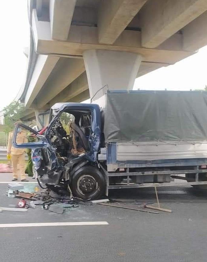 Xe tải tông đuôi xe bồn trên cao tốc, tài xế tử vong trong cabin - Ảnh 2.