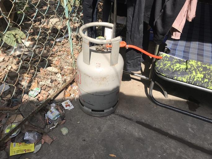 Hoảng loạn vì nam thanh niên ôm khư khư bình gas đã mở van đòi phóng hỏa - Ảnh 1.