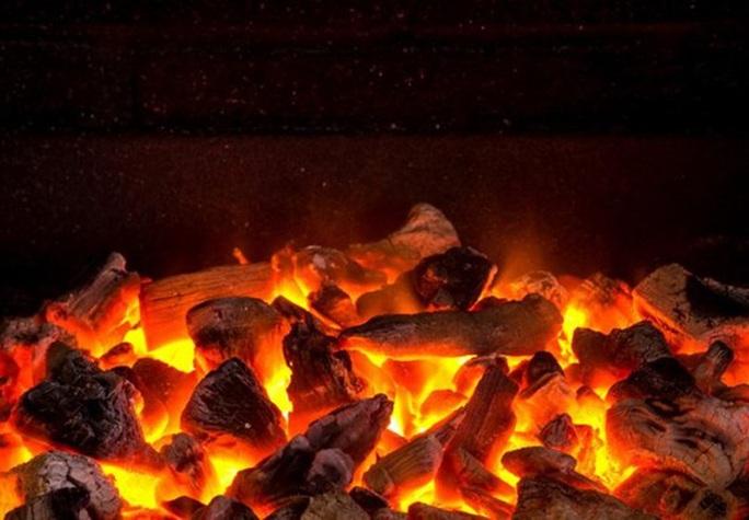Đốt than củi sưởi ấm, chị tử vong em nguy kịch - Ảnh 1.