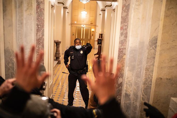 Người hùng Điện Capitol liều mình cứu sống nghị sĩ Mỹ - Ảnh 1.