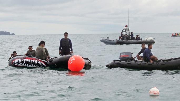 Tìm thấy hộp đen máy bay Indonesia rơi xuống biển - Ảnh 1.