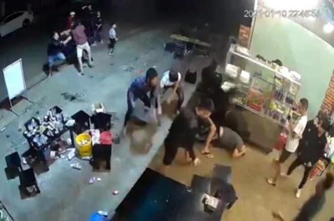 Clip: Kinh hoàng nhóm thanh niên đánh dã man 1 người đàn ông trong quán Sóc Nâu - Ảnh 2.