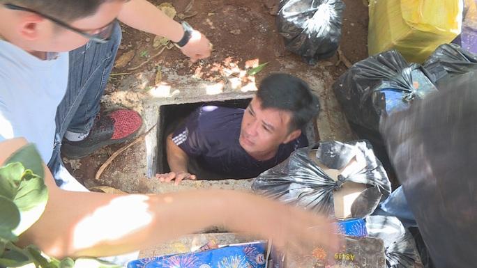 Khui 2 hầm trú ẩn của đối tượng buôn bán ma túy có 4 khẩu súng - Ảnh 3.