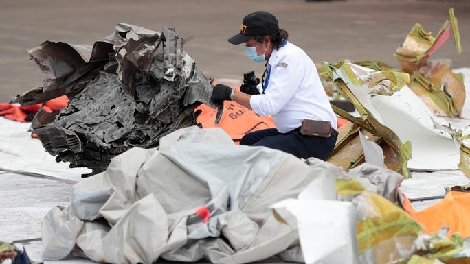 Tìm thấy hộp đen máy bay Indonesia rơi xuống biển - Ảnh 2.