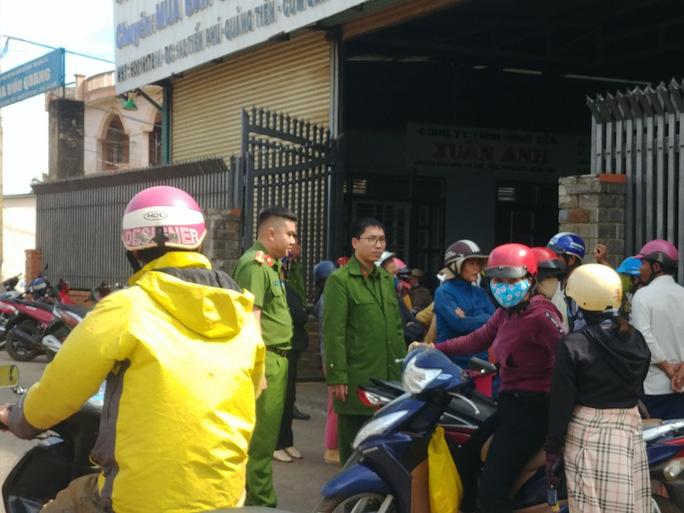 Hàng chục người vây công ty nông sản đòi nợ - Ảnh 2.