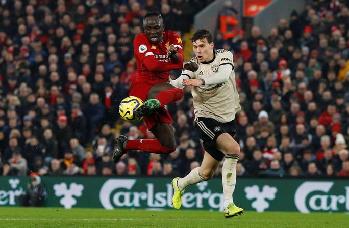Bốc thăm đại chiến Man United - Liverpool, Peter Crouch bị dọa đoạt mạng - Ảnh 2.