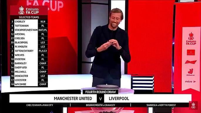 Bốc thăm đại chiến Man United - Liverpool, Peter Crouch bị dọa đoạt mạng - Ảnh 1.