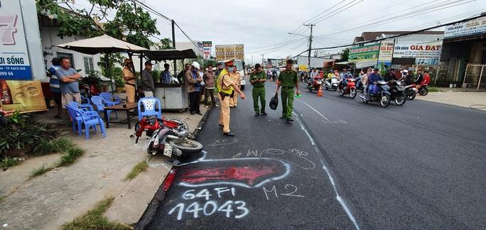 CLIP: Hiện trường xe tải chở gà lấn đường khiến người đi xe máy chết thảm - Ảnh 2.