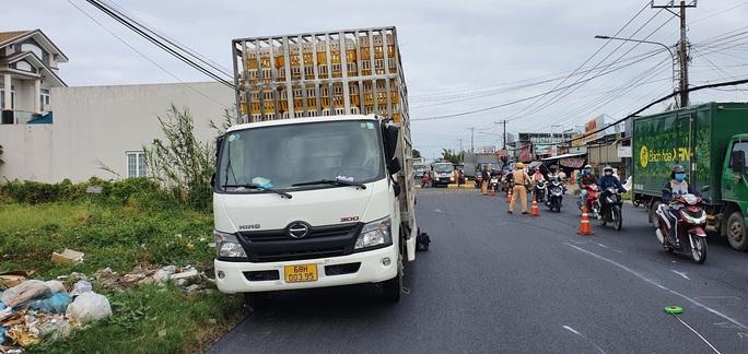 CLIP: Hiện trường xe tải chở gà lấn đường khiến người đi xe máy chết thảm - Ảnh 4.