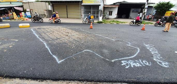 CLIP: Hiện trường xe tải chở gà lấn đường khiến người đi xe máy chết thảm - Ảnh 6.