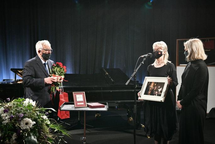 """Tổng thống Latvia mừng sinh nhật nhạc sĩ """"Triệu đóa hoa hồng"""" - Ảnh 4."""