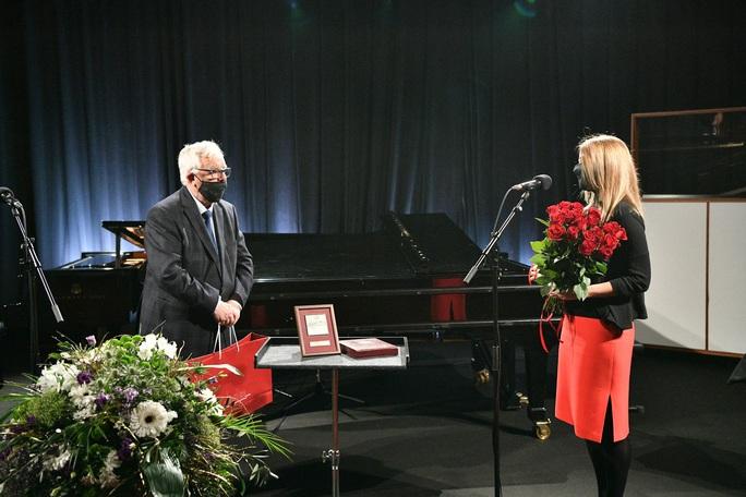 """Tổng thống Latvia mừng sinh nhật nhạc sĩ """"Triệu đóa hoa hồng"""" - Ảnh 3."""