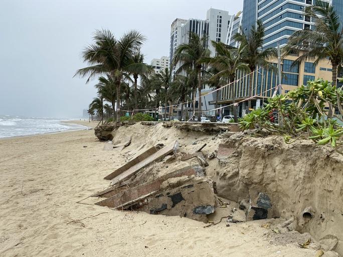 Nhiều khu vực trên bờ biển Đà Nẵng bị xói lở nặng - Ảnh 1.