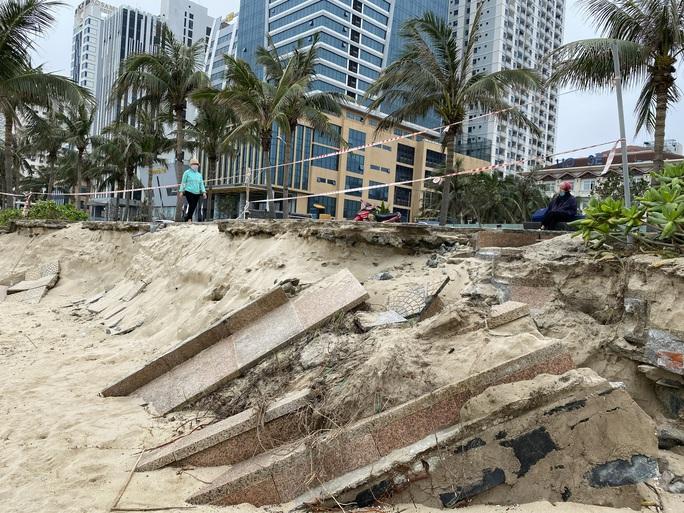 Nhiều khu vực trên bờ biển Đà Nẵng bị xói lở nặng - Ảnh 4.