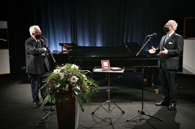 """Tổng thống Latvia mừng sinh nhật nhạc sĩ """"Triệu đóa hoa hồng"""" - Ảnh 1."""