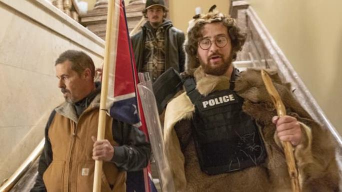 Con trai Thẩm phán Tòa tối cao New York mặc đồ lông thú bị tố làm loạn tại quốc hội Mỹ - Ảnh 2.