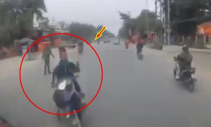 CLIP: Định thông chốt công an, 2 thanh niên đi xe máy lao thẳng vào đầu xe tải - Ảnh 1.