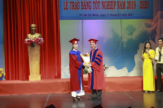 NSƯT Trịnh Kim Chi hạnh phúc khi nhận bằng tốt nghiệp đạo diễn điện ảnh truyền hình - Ảnh 1.