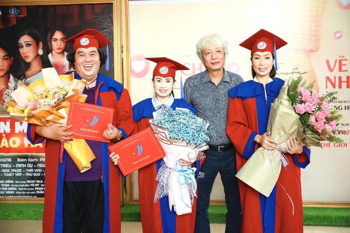 NSƯT Trịnh Kim Chi hạnh phúc khi nhận bằng tốt nghiệp đạo diễn điện ảnh truyền hình - Ảnh 2.