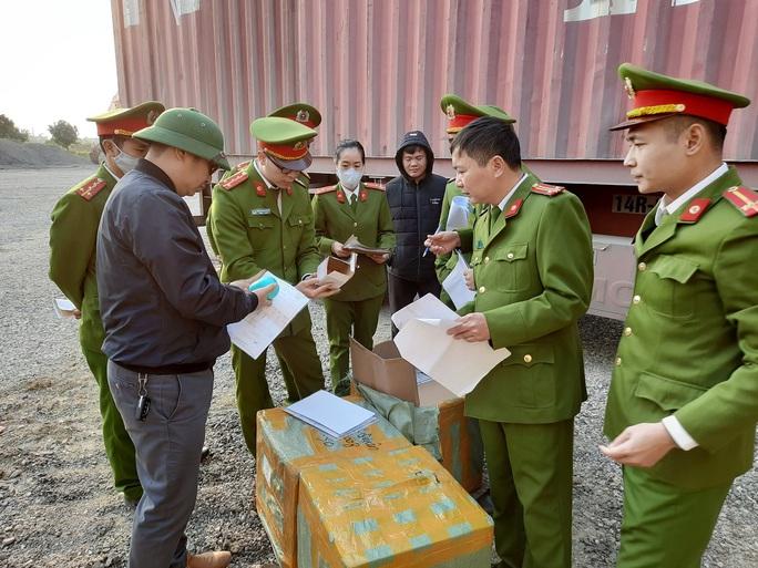 Cận cảnh vụ bắt giữ 14 xe container chở hàng lậu từ Trung Quốc về - Ảnh 4.