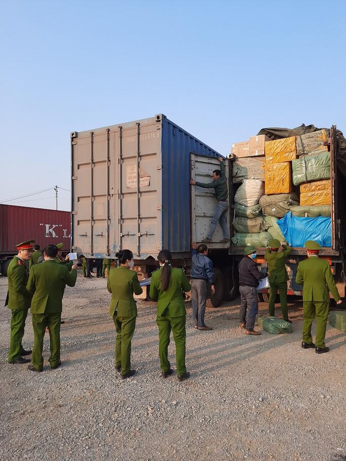 Cận cảnh vụ bắt giữ 14 xe container chở hàng lậu từ Trung Quốc về - Ảnh 6.