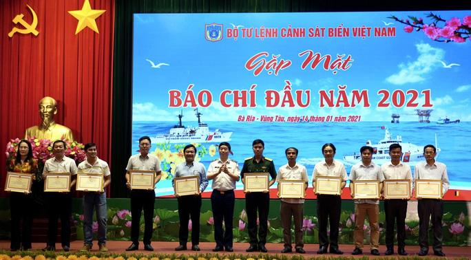 Báo Người Lao Động nhận bằng khen của Bộ Tư lệnh Cảnh sát biển Việt Nam - Ảnh 1.