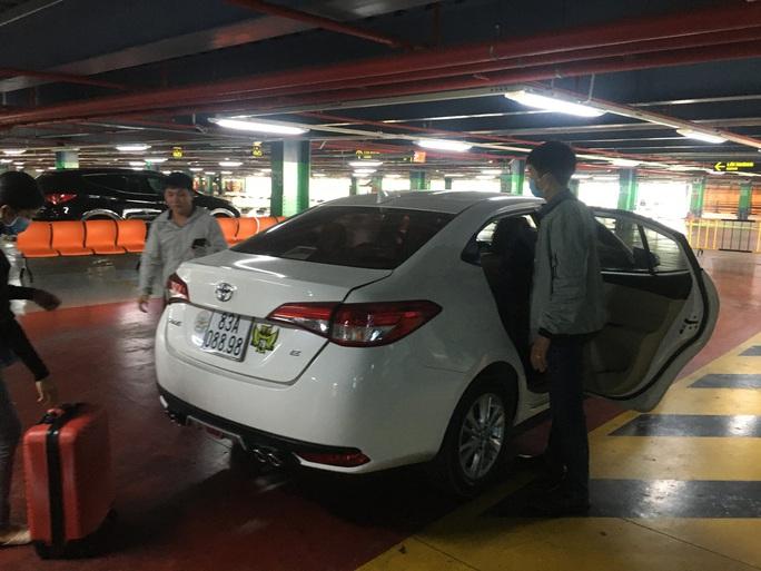Sau lùm xùm, việc đón khách của xe taxi ở sân bay Tân Sơn Nhất hiện ra sao? - Ảnh 4.