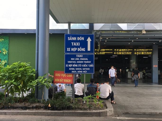 Sau lùm xùm, việc đón khách của xe taxi ở sân bay Tân Sơn Nhất hiện ra sao? - Ảnh 2.
