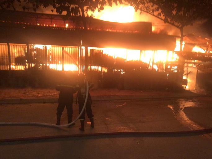 CLIP: Xưởng gỗ trên Quốc lộ 1 ở quận 12, TP HCM cháy dữ dội - Ảnh 1.