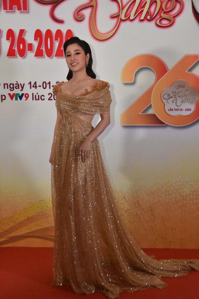 Minh Hằng, Quỳnh Lam khoe vai trần gợi cảm trên thảm đỏ Mai Vàng 2020 - Ảnh 7.