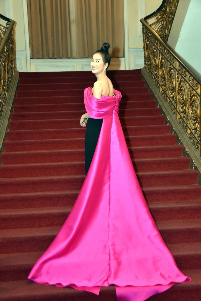 Minh Hằng, Quỳnh Lam khoe vai trần gợi cảm trên thảm đỏ Mai Vàng 2020 - Ảnh 2.