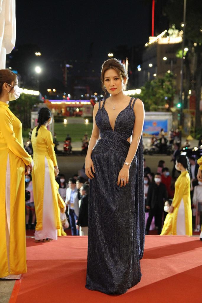 Minh Hằng, Quỳnh Lam khoe vai trần gợi cảm trên thảm đỏ Mai Vàng 2020 - Ảnh 3.