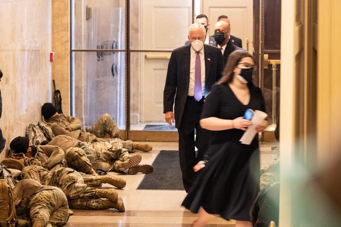 Vệ binh Quốc gia tại điện Capitol được trang bị vũ khí sát thương - Ảnh 1.
