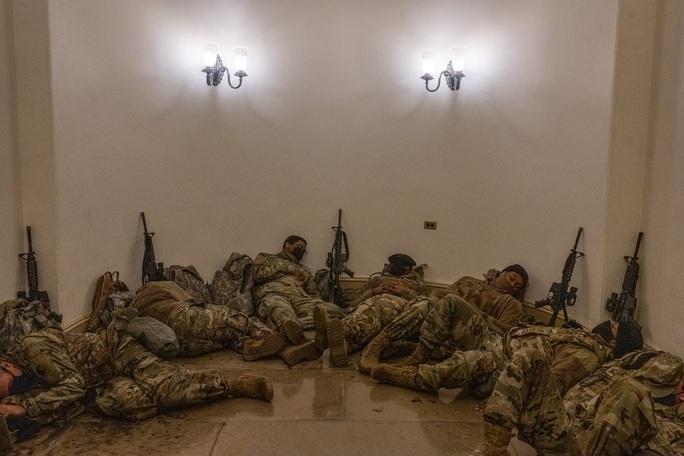 Vệ binh Quốc gia tại điện Capitol được trang bị vũ khí sát thương - Ảnh 4.