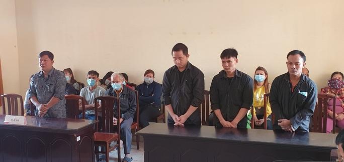 CLIP: Lượm súng về giấu ở tiệm cầm đồ, 4 người đàn ông ở Phú Quốc lãnh án - Ảnh 2.