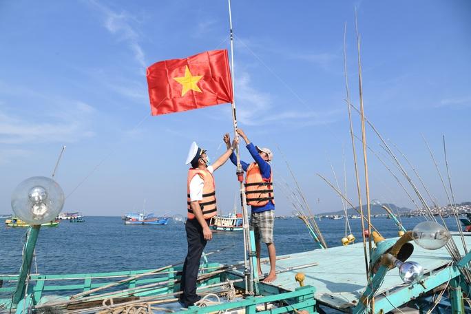 Vùng 5 Hải quân phối hợp với Báo Người Lao Động tặng cờ Tổ quốc cho ngư dân - Ảnh 1.