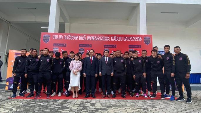 Pape Omar đeo băng đội trưởng B.Bình Dương thời HLV Phan Thanh Hùng - Ảnh 3.