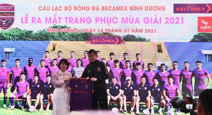 Pape Omar đeo băng đội trưởng B.Bình Dương thời HLV Phan Thanh Hùng - Ảnh 1.